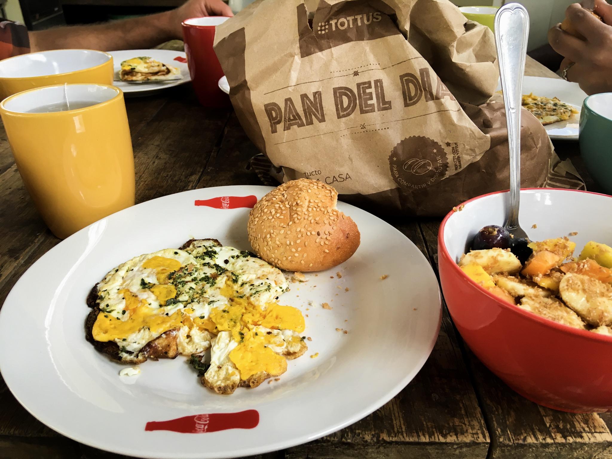 Colazione con uova e frutta